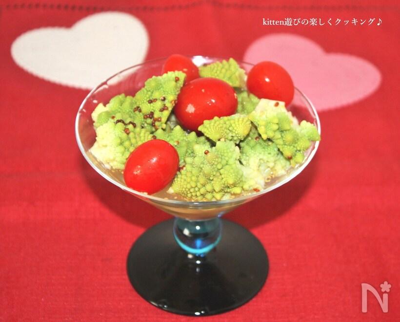グラスの中のロマネスコとプチトマトのピクルス