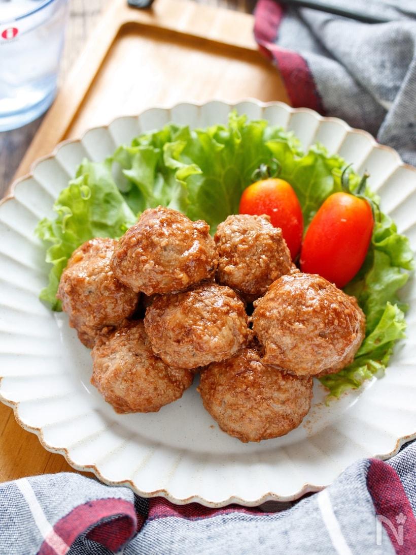 ひと口サイズのまるいハンバーグが数個とサラダが盛り付けられたプレート