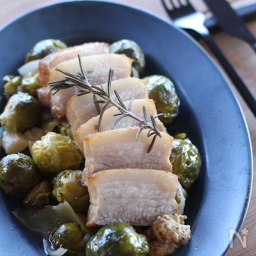 豚バラ肉と芽キャベツの蒸し煮