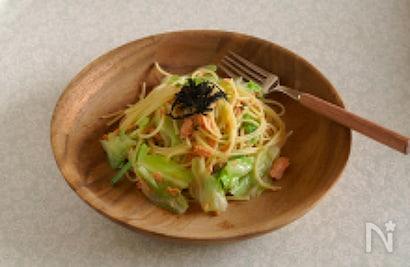 木製のお皿に盛り付けた鮭とキャベツの和風パスタ