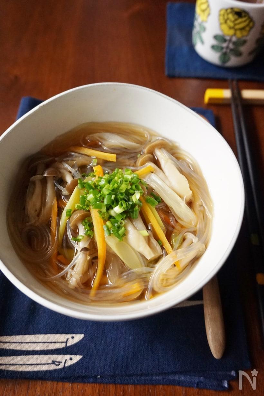 木の机に置かれた中華風春雨スープ