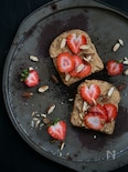 苺とピーナッツバターのトースト