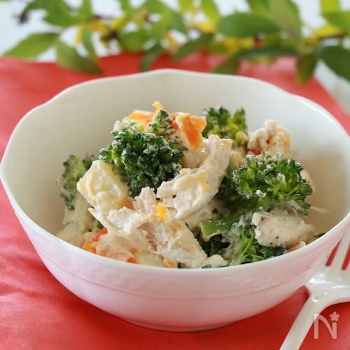 蒸し鶏とブロッコリーのカッテージサラダ
