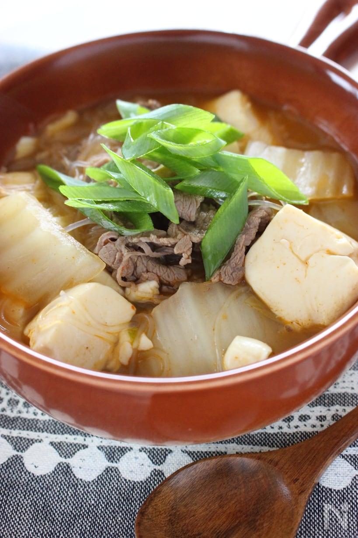 ネギがトッピングされた牛肉や豆腐の入ったスープ