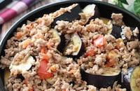 生姜でさっぱり♡なすとひき肉とトマトの麺つゆマヨソテー