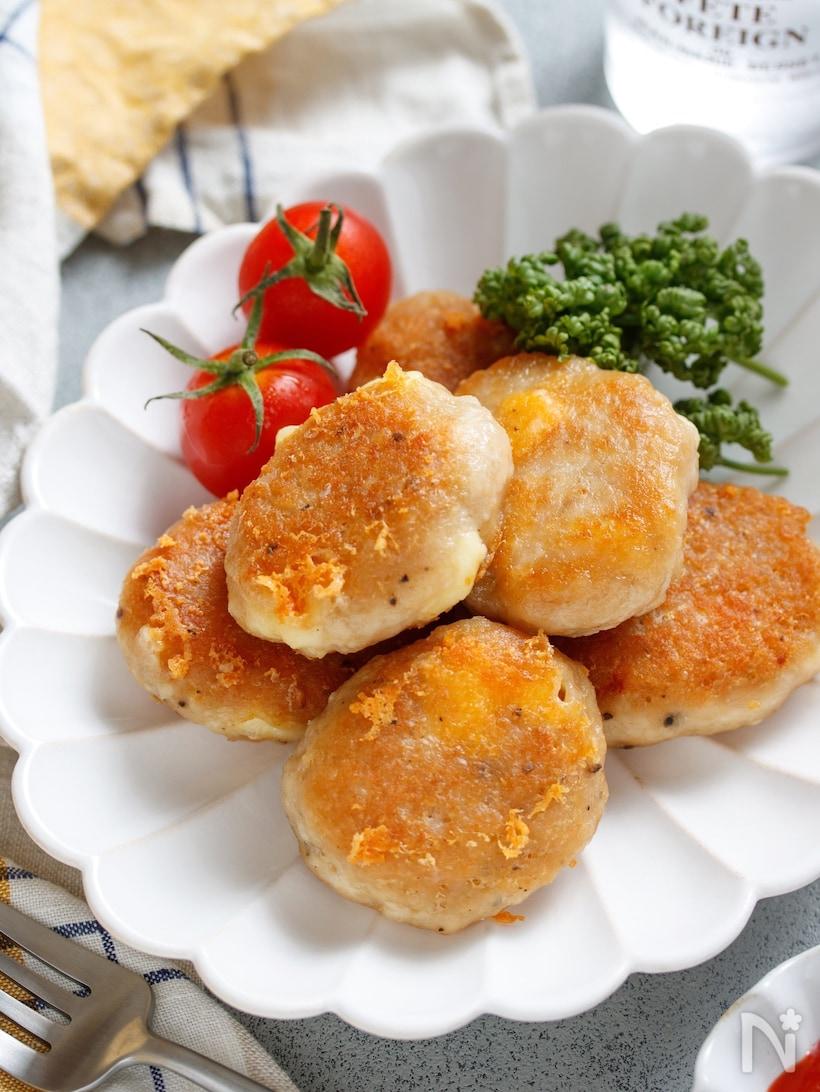 鶏ひき肉、ベビーチーズ、マヨネーズ、コンソメなどを揉みこみ、フライパンで揚げ焼きにしたチキンナゲット。