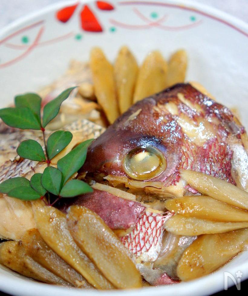 鯛を丸ごと使ったにつけを盛り付けた画像