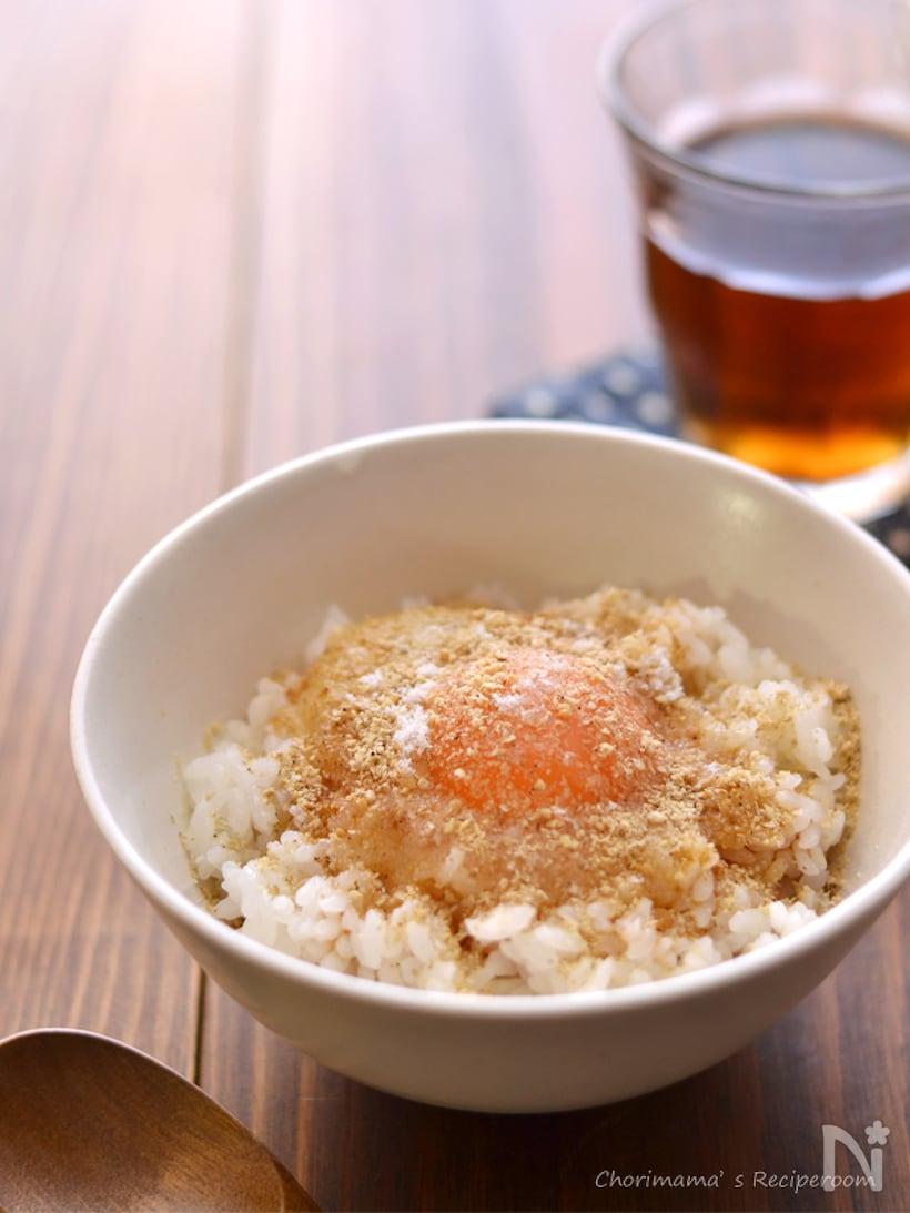 茶碗に盛られたごま醤油卵かけご飯