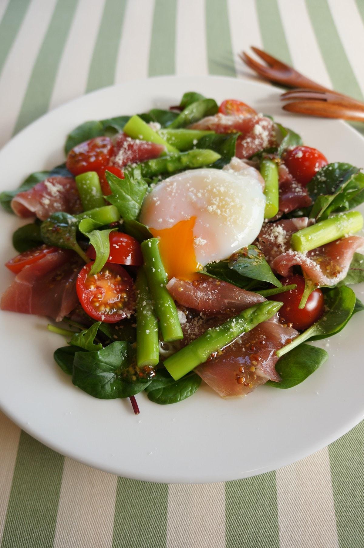 副菜~アスパラと生ハムの温玉サラダ