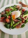 アスパラガスと生ハムの温玉サラダ