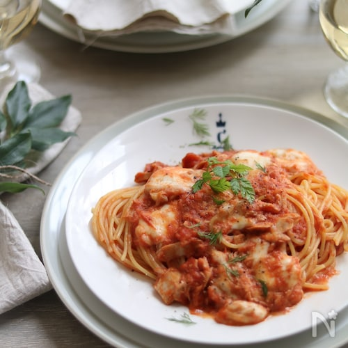 ツナとモッツアレラのトマトソースパスタ。