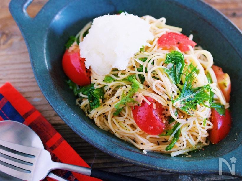 お皿に盛り付けたトマトと水菜のおろしポン酢冷製パスタ