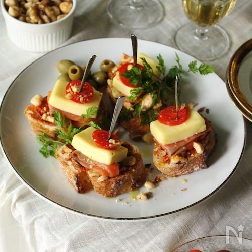 チーズ・スモークサーモン・ナッツの温製ピンチョス