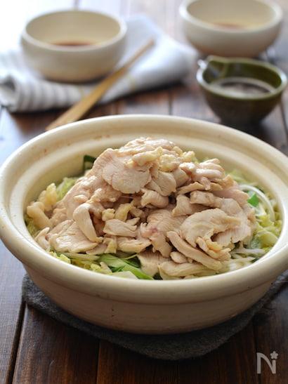 白菜と長ネギの上にこんもり盛られた豚肉の鍋