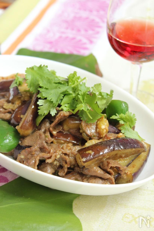 白いお皿にもられた牛肉となすのエスニック炒めココナッツオイル風味