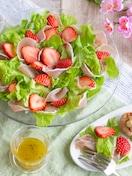 かんたん華やか♪苺と生ハムのサラダ・はちみつレモンドレ