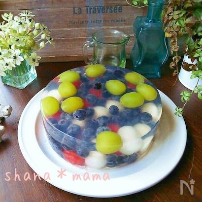 フルーツがたっぷり盛られたフルーツケーキ
