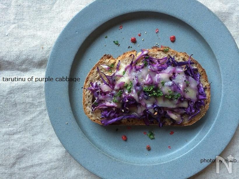 青の皿に盛られた紫キャベツのタルティーヌ