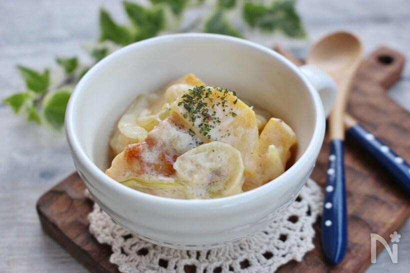 白いお椀に盛られたさつまいもと鶏肉と玉ねぎのクリーム煮