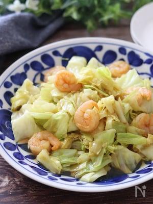 パパっとできて美味しい♡むき海老とキャベツの旨塩カレー炒め