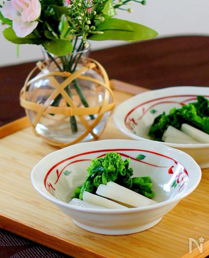 小鉢に盛られた菜の花とうどのお浸し