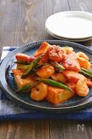 むき海老と絹厚揚げとアスパラの中華風ケチャップ炒め