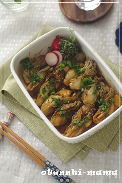 牡蠣をしょうがと酒で炒め、赤みそや砂糖を煮詰めてごま油を垂らしたところに漬け込んだひと品。