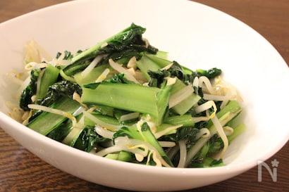 白いボウル皿に盛られたタアサイの炒め物