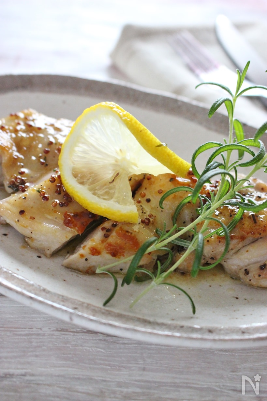 お皿に盛り付けた鶏もも肉のハーブソテーレモンバターソース
