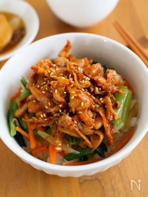 『豚キムチのせビビンバ丼』野菜たっぷり!+キムチで栄養満点◎