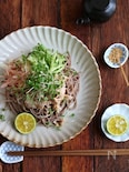 豚しゃぶのごまだれ和えと千切り野菜の和えそば。