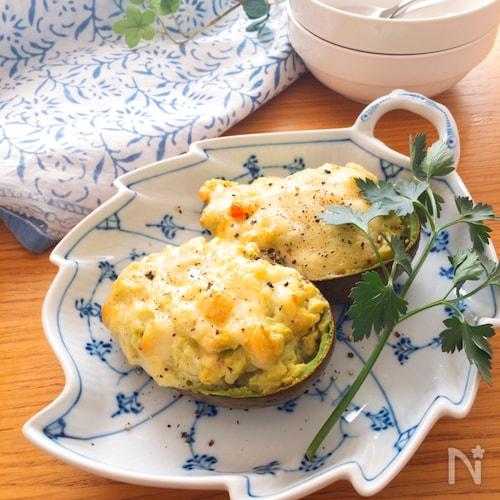 トースターで簡単♡丸ごとアボカドとたたき海老のチーズ焼き