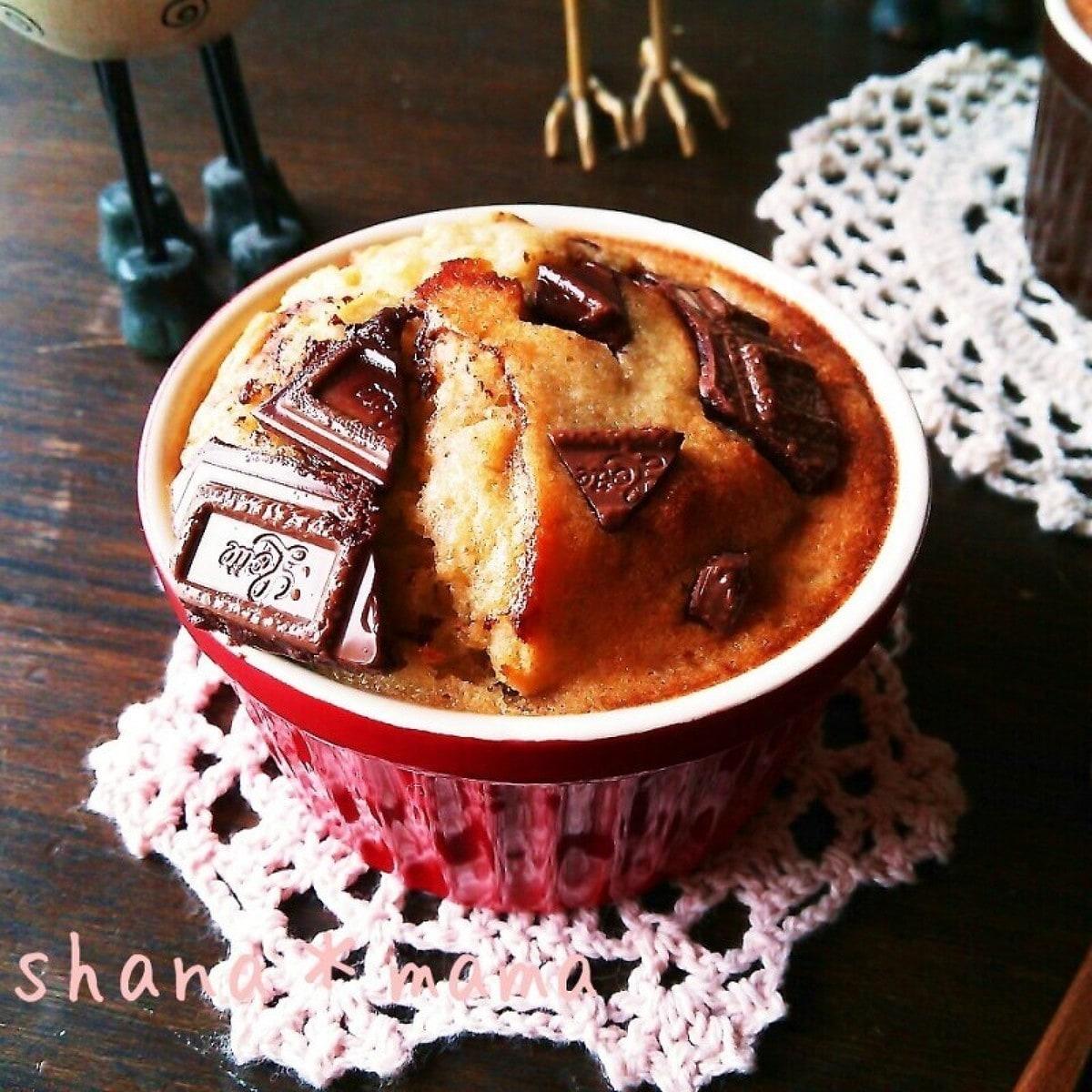 赤いココットに作られたトースターで作れるチョコバナナパウンド