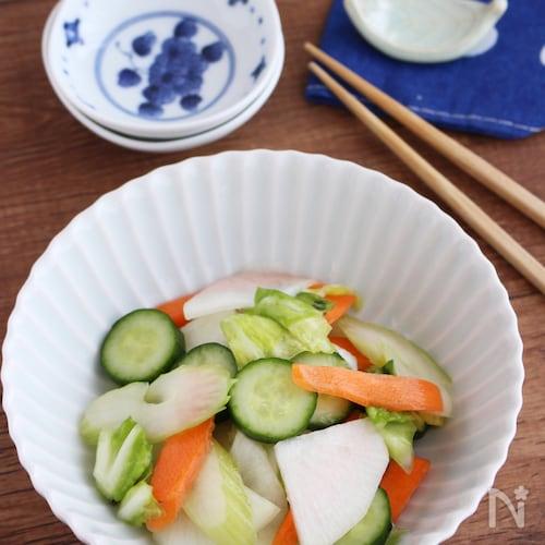 切って揉んで漬けるだけ!5種の野菜で浅漬け風サラダ