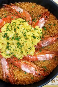 フライパンで同時におかずとご飯☆えびチリ風パエリア