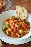【動画あり】レンジで絶品!ソーセージとアボカドのトマト煮