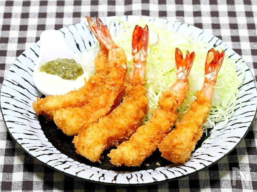 お皿に盛られた大きくて立派な海老フライ