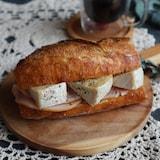 カマンベールチーズとハムのカスクート(バケットサンド)