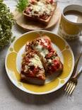 絶品♪ゴロゴロトマトとピーマンの鶏そぼろのピザトースト