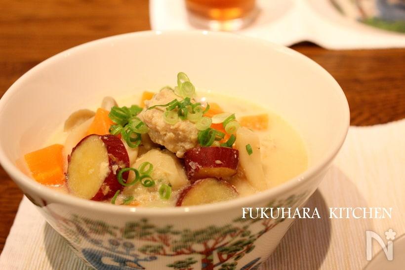 表面に模様のある白い器に盛られている、鶏団子のミルクスープ
