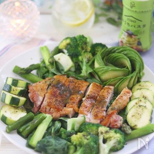 グリルチキンと緑のごちそうジェノベーゼサラダ