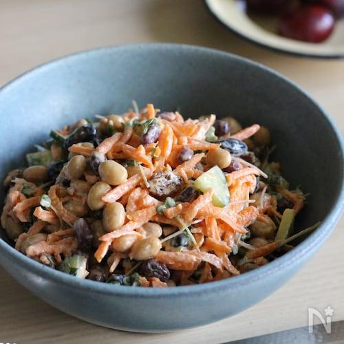 朝食にも♪人参とレーズンとお豆たちのスプーンサラダ