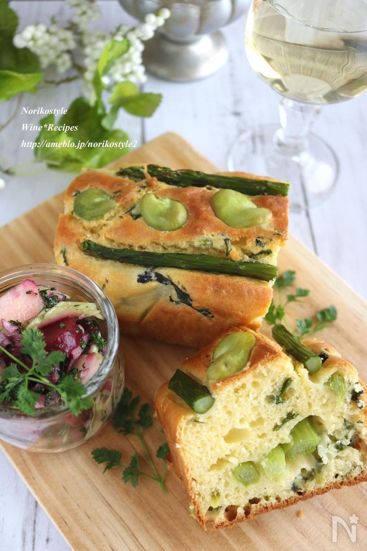 木のカッティングボードに置かれた緑野菜のケークサレ