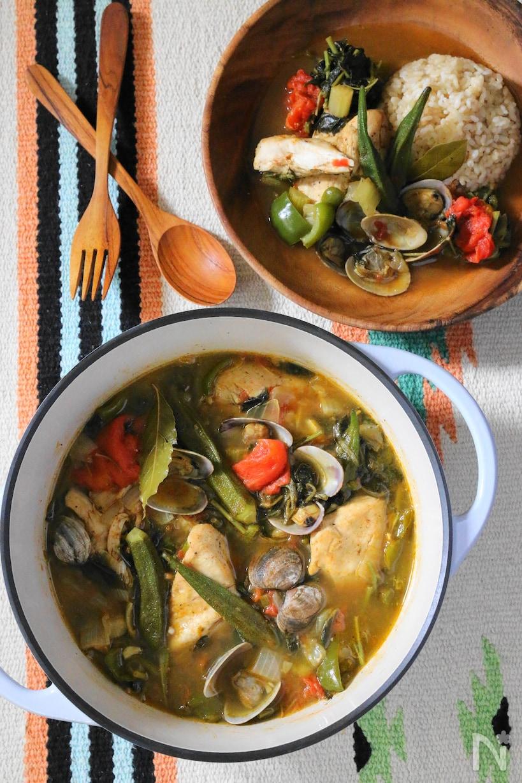 お鍋に入ったモロヘイヤとあさりとチキンのスパイシースープ