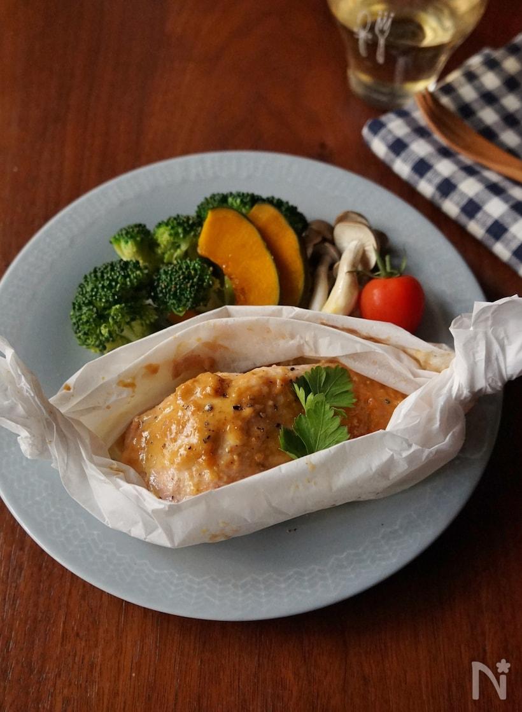 蒸しブロッコリーやかぼちゃを添えた秋鮭の味噌マヨ包み焼き