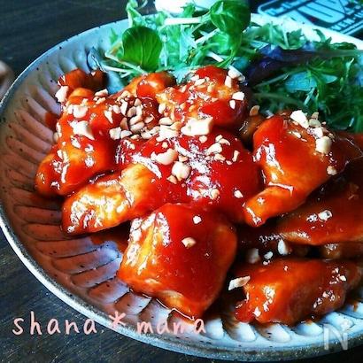 大皿に盛り付けたヤンニョムチキンと生野菜サラダ