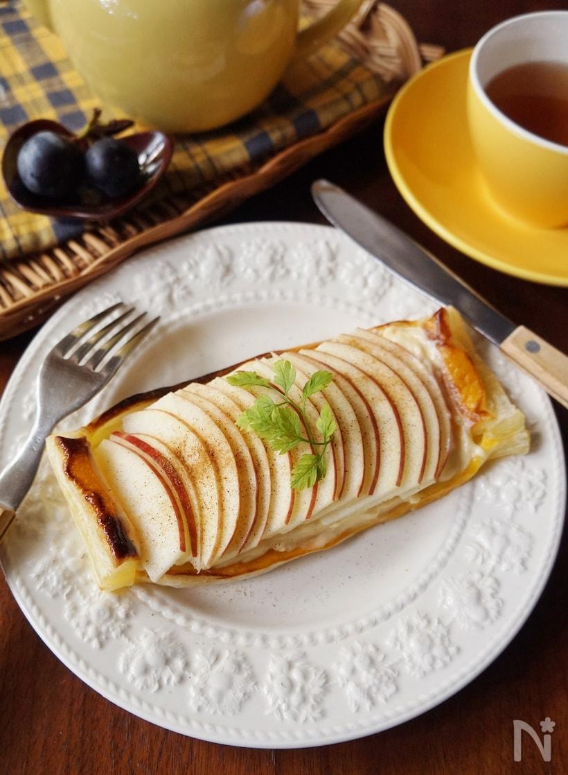 アンティーク調の皿に盛られたアップルカスタードパイ