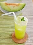 贅沢!生メロンソーダ。メロン果汁を炭酸水で割る、夏のドリンク