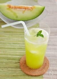 『贅沢!生メロンソーダ。メロン果汁を炭酸水で割る、夏のドリンク』