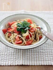 トマトと塩昆布の和えパスタ